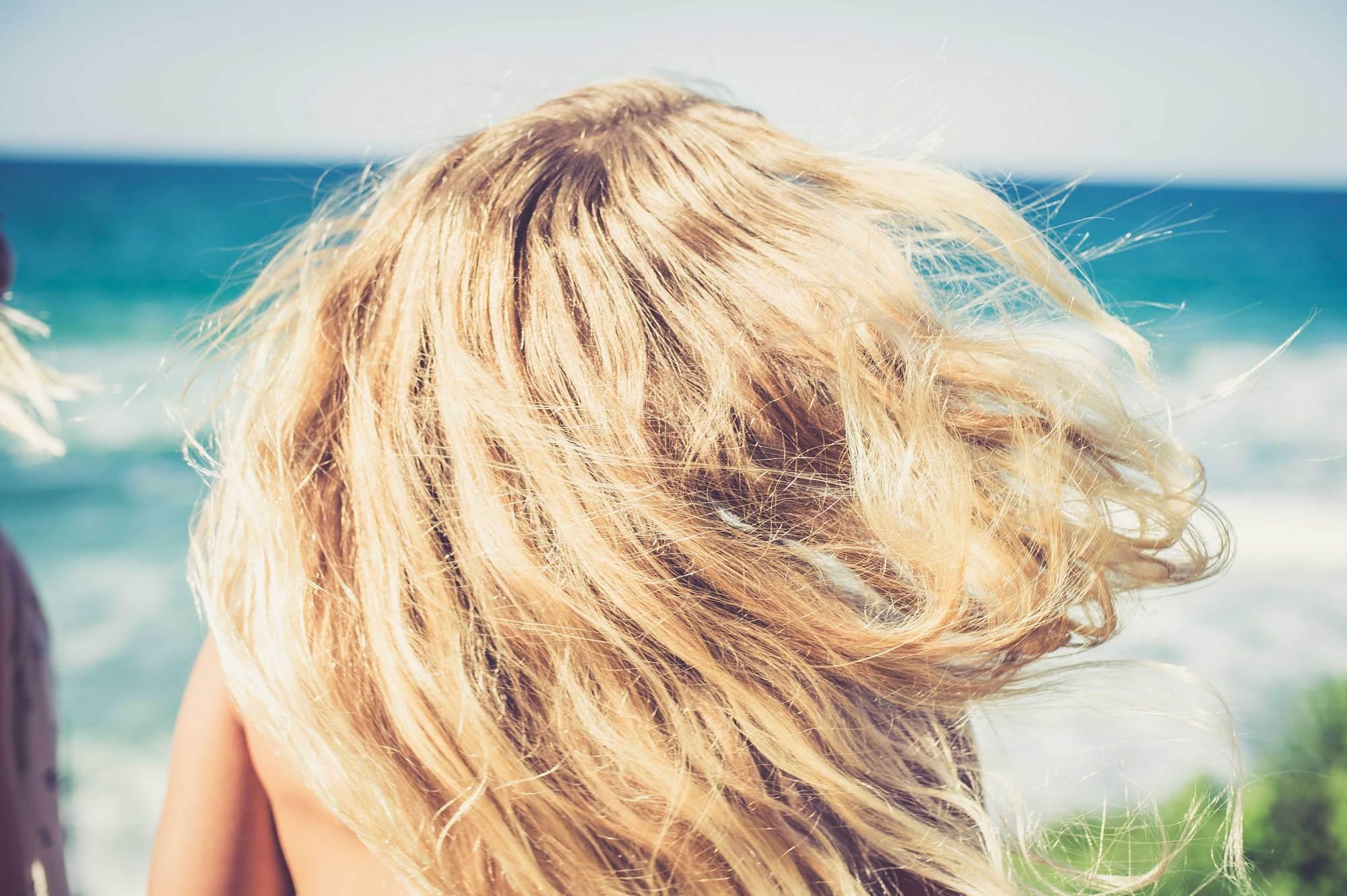 Картинки блондинок со спины со средними волосами на море